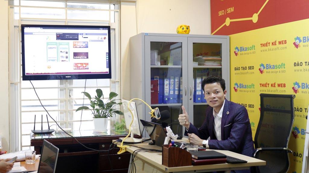 CEO Hoàng Luyến coach các chương trình đào tạo SEO Website cho doanh nghiệp.